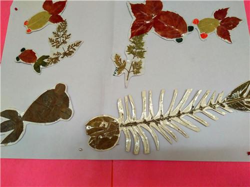 定西市渭源县会川镇梁家坡幼儿园  小班孩子用线把树叶串起来做成项链